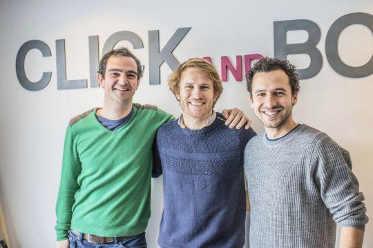 Edouard Gorioux et Jérémy Bismuth co-fondateurs de Click and Boat entourent le skipper François Gabart