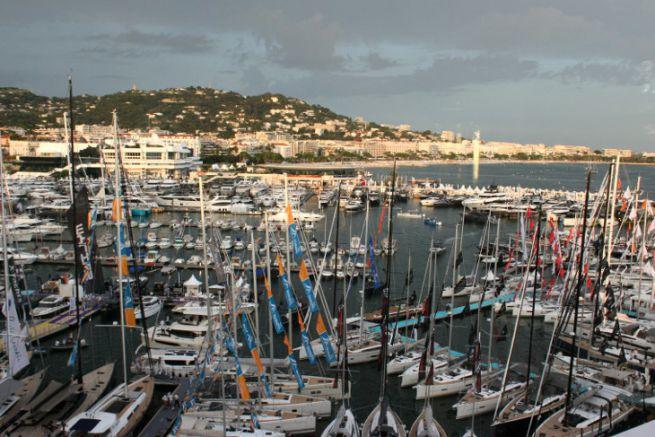 Hilfe beim Segeln und bei Bootsschauen im Sturm... (Blick auf das Segelsportfestival von Cannes)