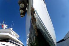Verlust am Bug eines Segelbootes, der die Durchfahrt eines Schiffsbesichtigers erfordert