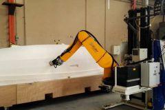 Schleifen eines Modells eines Bootsrumpfes durch einen Roboter im Rahmen des Coroma-Projekts