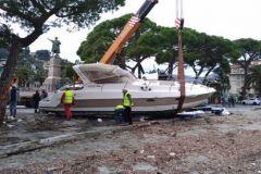 Motorboot, das durch einen Sturm an Land geschoben wurde