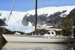 Die Yacht Paradise bei einem Zwischenstopp am Fusse eines Gletschers