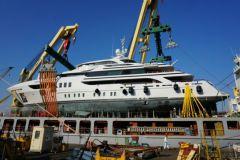 Verladen einer Yacht auf ein Frachtschiff