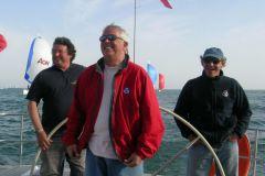 Laurent Tilleau in der Mitte (in Rot), umgeben von Philippe Poupon, Gérard Dupuy und Jean-Yves Furic an Bord des Grand Soleil Race 45