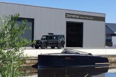 Motorboot Domani E32 von Domani Yachts vor der neuen Fabrik in Drachten